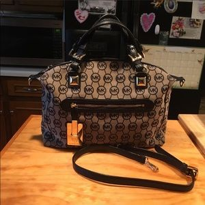 *REPOSH* Beautiful Authentic Michael Kors Purse.